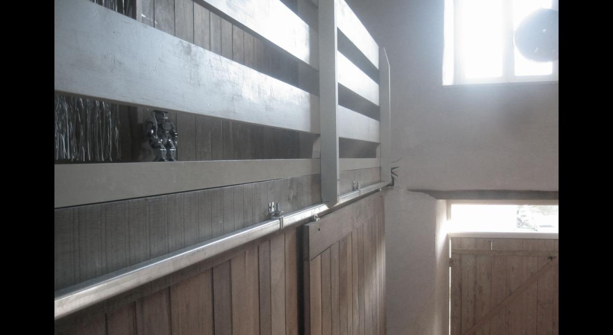 une grande porte coulissant transforme l'espace du rez-de-chaussée en fonction des besoins