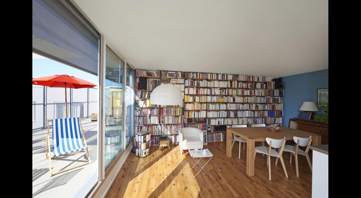 Grand espace de vie avec une large bibliothèque.