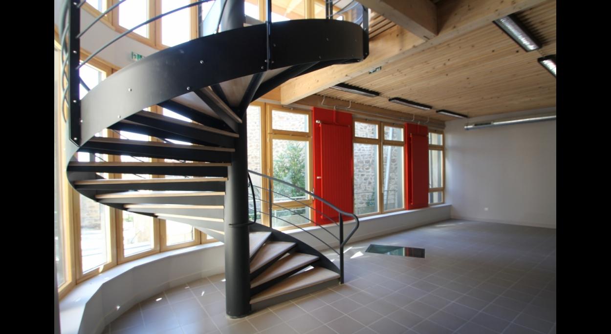 escalier intérieur avec vue panoramique sur le jardin côté accès