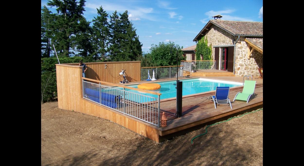 vue générale de la terrasse-piscine qui s'étend à l'ouest de la maison en pierres