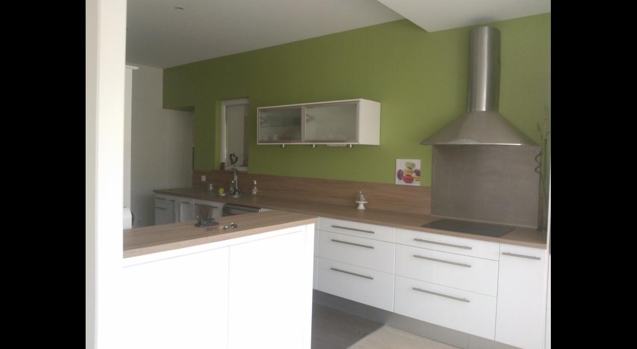 leLes meubles existants de la cuisine ont été conservés , le plan de travail changé et les murs remis en peinture