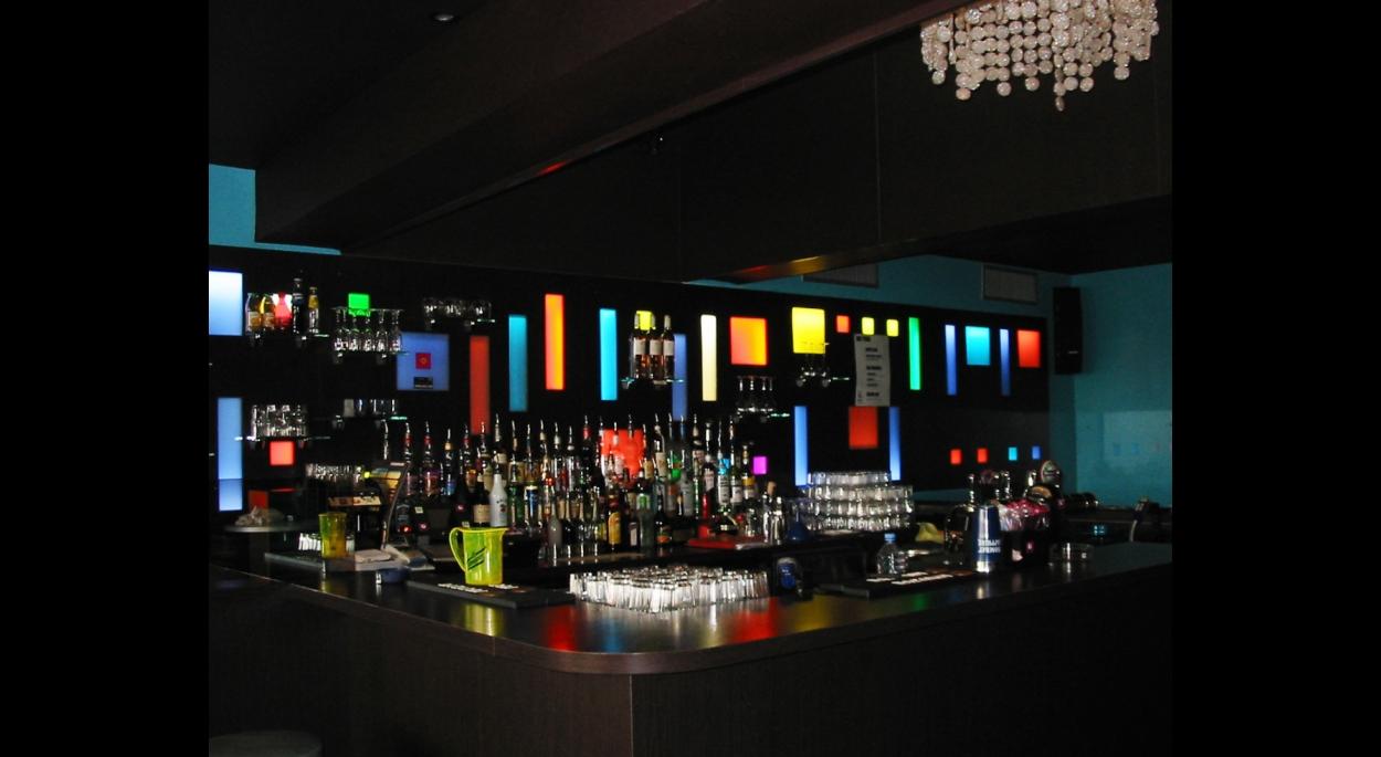Le bar en ambiance nuit.