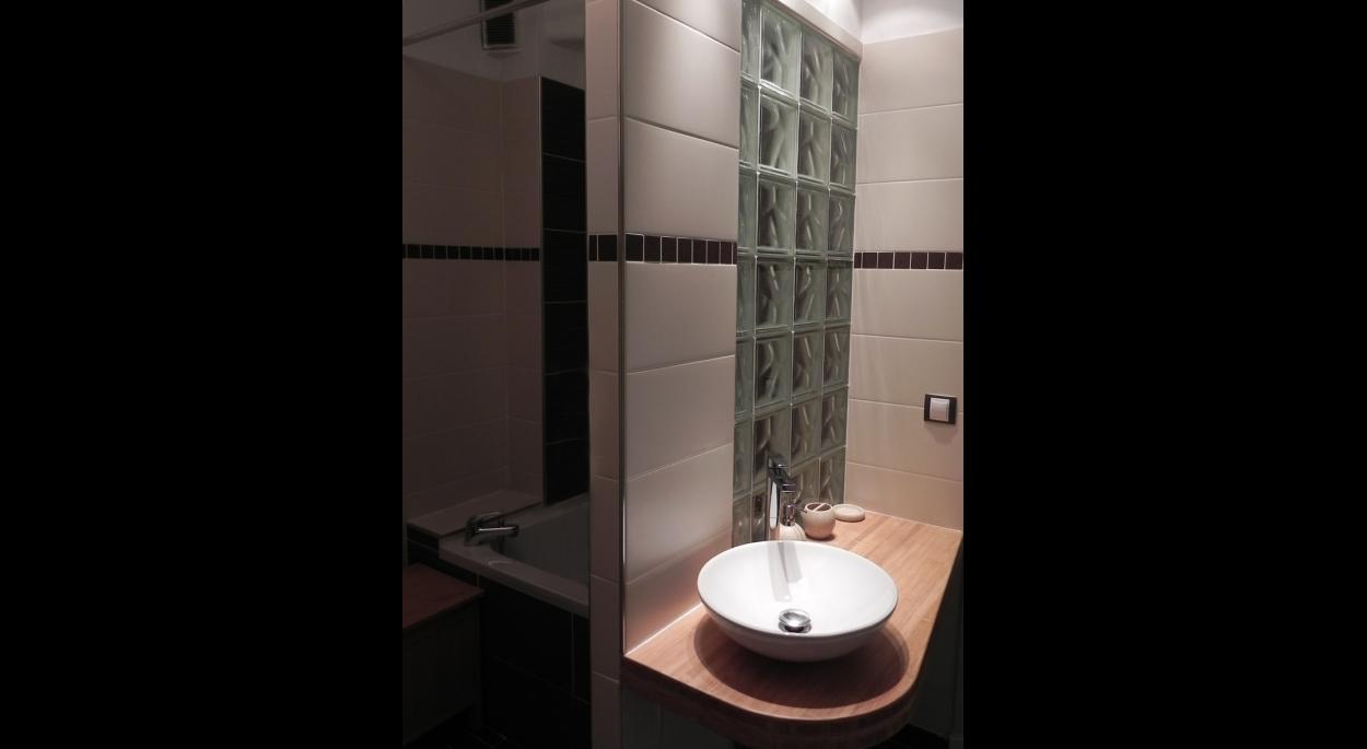 petite salle de bain de 4m² en couloir, la proposition a été de redécouper la pièce en deux dans sa longueur afin d'exploiter au mieux la surface