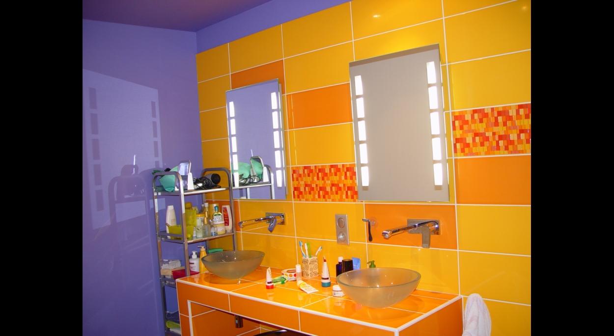 Une salle de bains colorée.