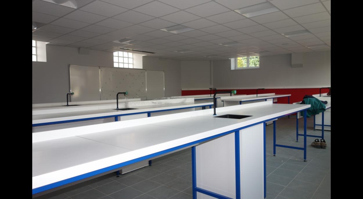 Laboratoire lumineux et fonctionnel pour les collégiens
