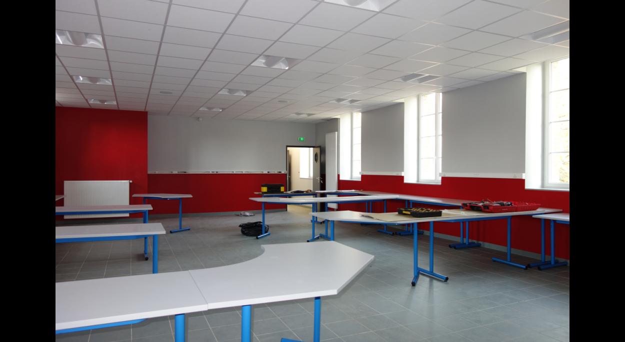Salle de technologie spacieuse et aménagée avec des îlots suivant les consignes de l'Education Nationale
