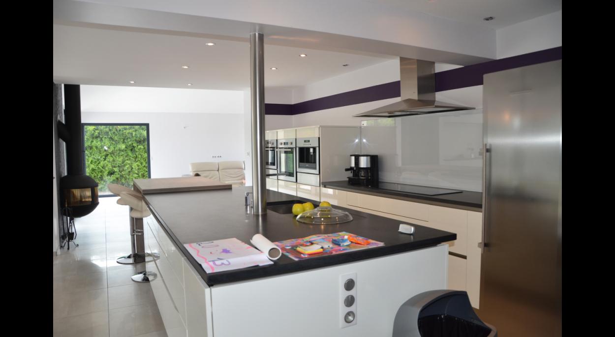 Une cuisine ouverte sur l'extension.