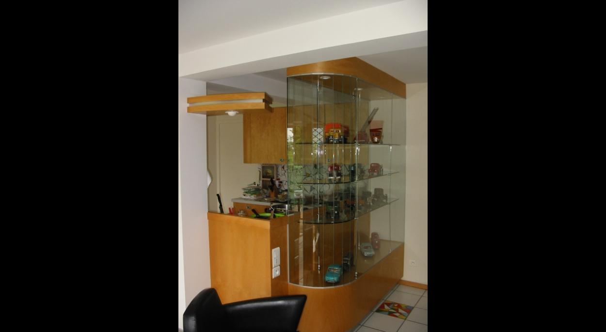 Séparation cuisine - salle à manger par un meuble vitrine.