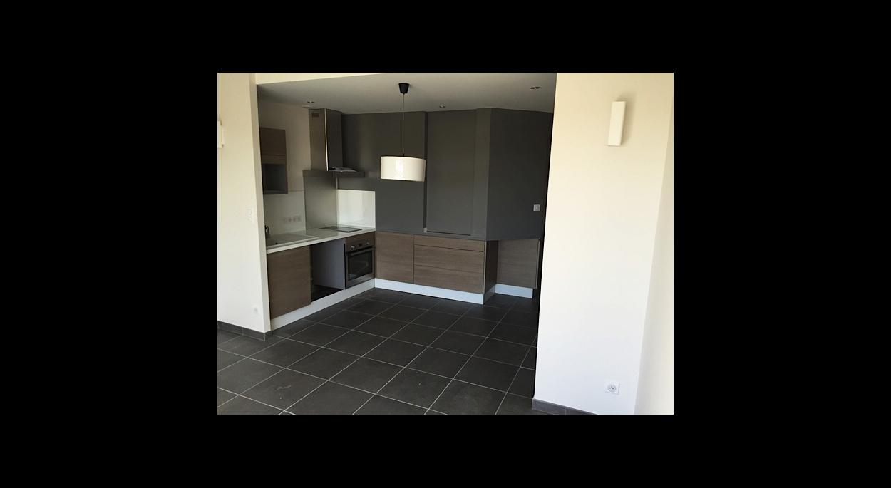 Une chambre surélevée pour un maximum de rangements et une vrai cuisine équipée.