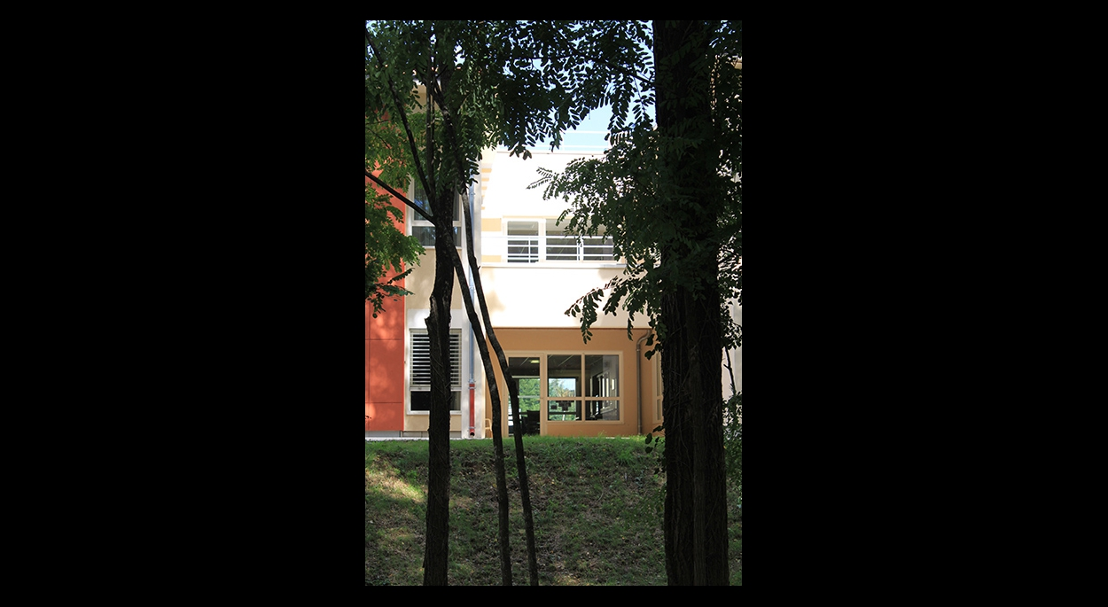 La végétation traverse la résidence grâce aux patios, aux jardins centraux et entoure l'hôpital