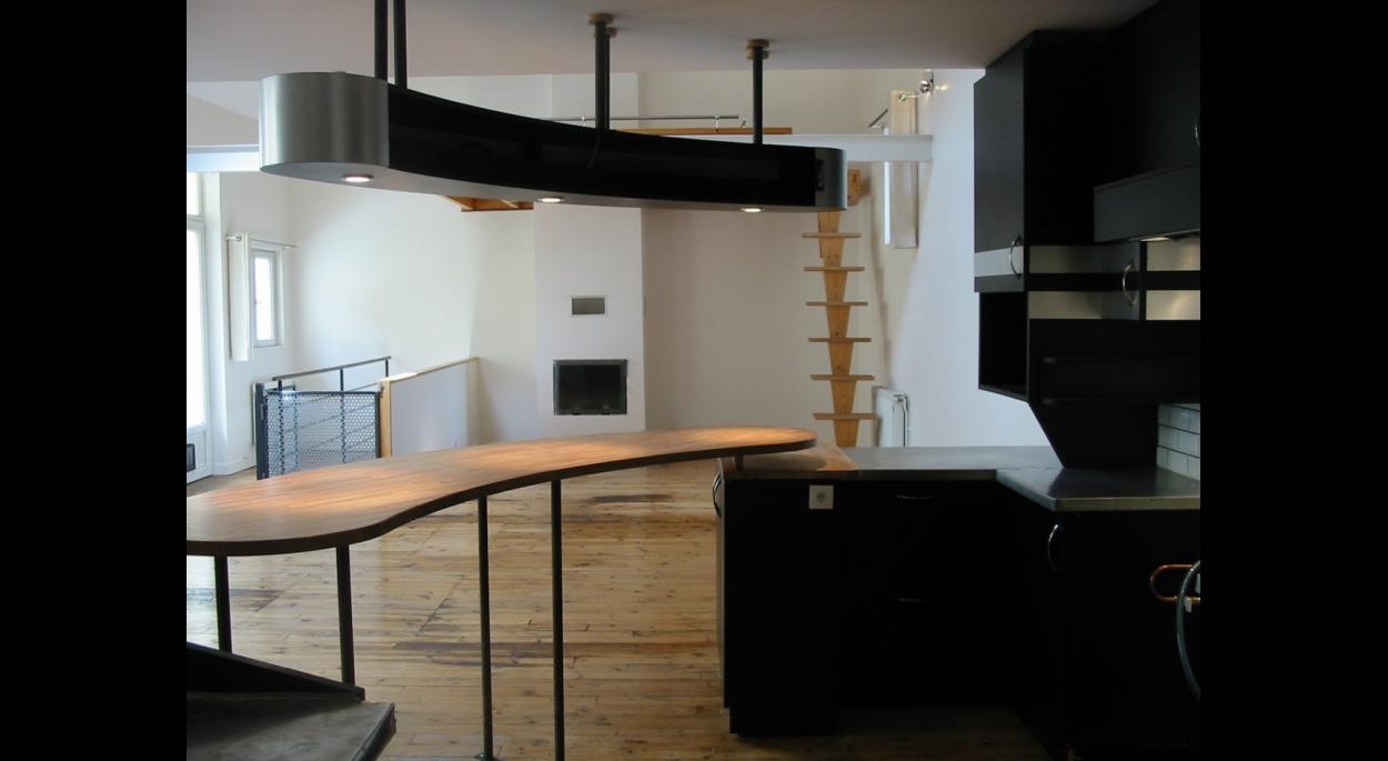 La grande salle, coin cuisine, séjour et mezzanine.