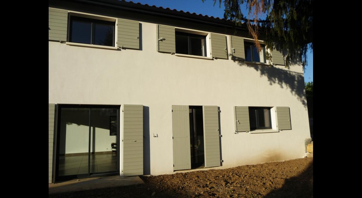 Une façade simple avec les codes de l'habitat beaujolais.
