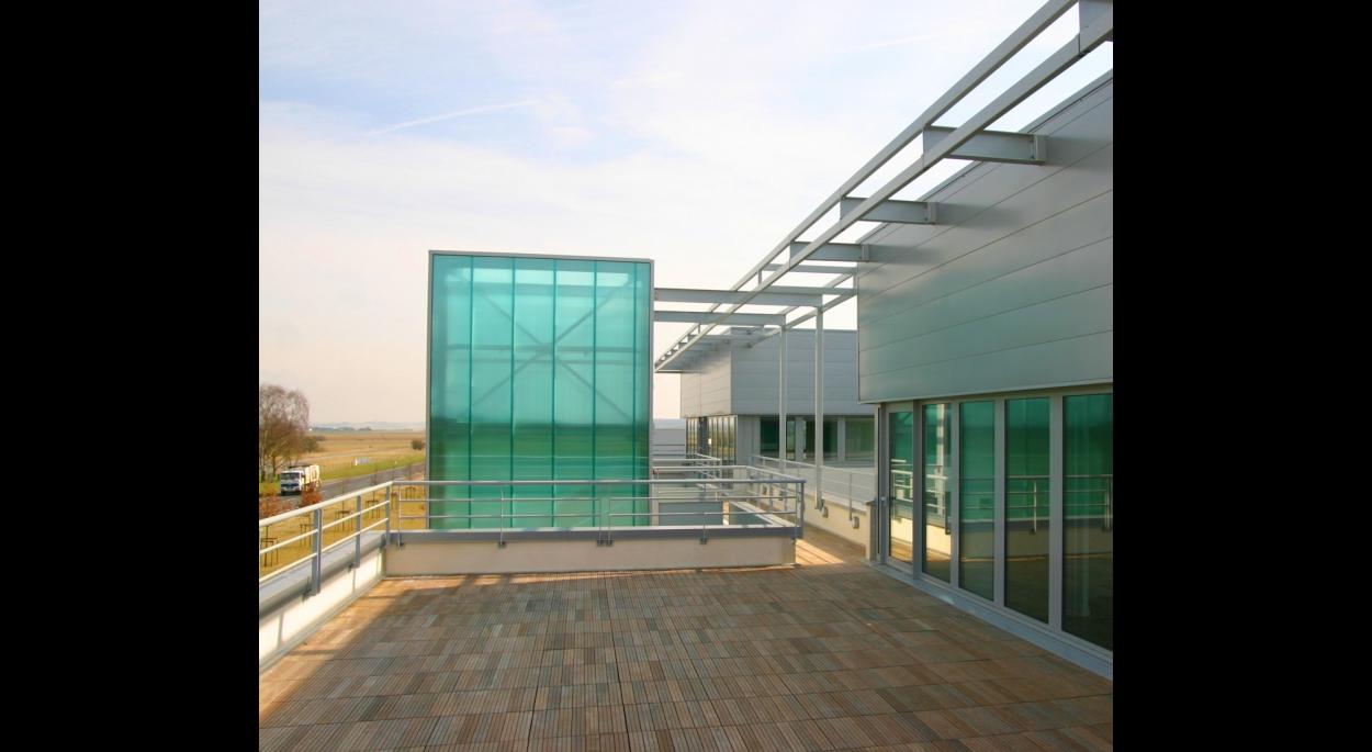 La terrasse profitant de la vue sur l'aérodrome
