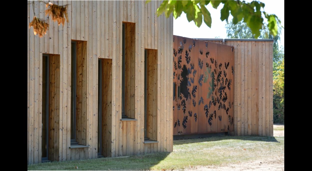 Tout au long de la conception le choix s'est porté sur des matériaux à faible impact écologique: Le verre, le bois et le métal dominent. La toiture est végétalisée, le sol est en linoléum et une noue de récupération des eaux pluviales en pierres locales a été aménagée. L'emprise au sol des surfaces imperméables est réduite au maximum.