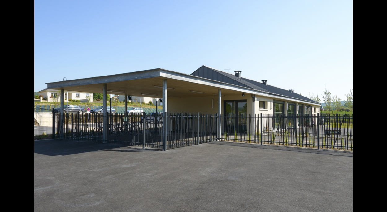 Le projet consiste en la réalisation d'un groupe scolaire comprenant une école primaire, une école maternelle, une bibliothèque, une salle de motricité/plurivalente, un restaurant scolaire, une infirmerie, et une garderie.
