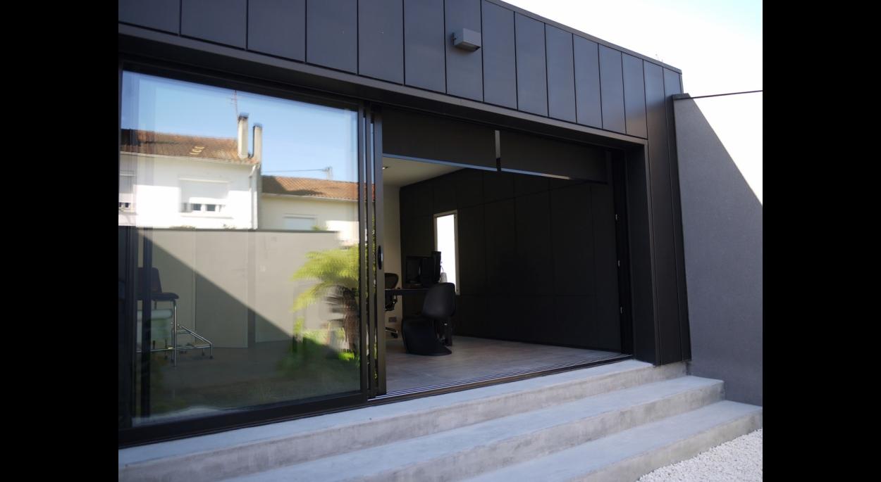 La façade coté jardin s'ouvre largement sur l'extérieur
