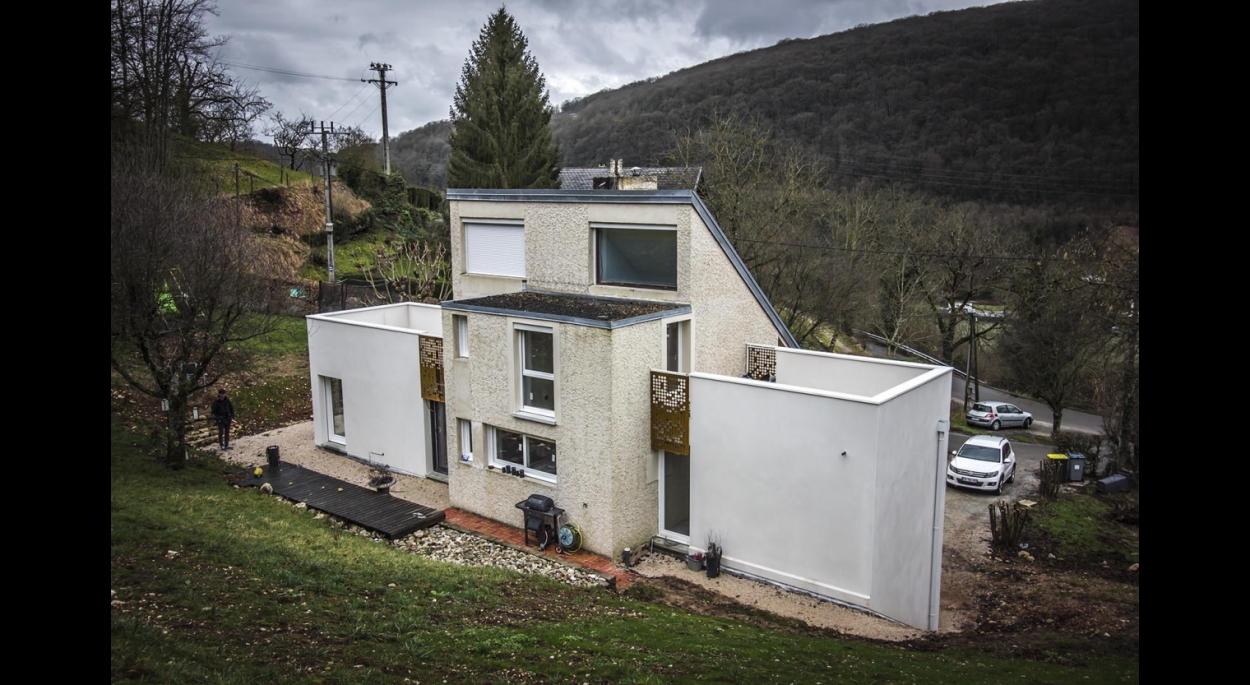 Extension composée de 2 volumes de chaque côté de la maison existante