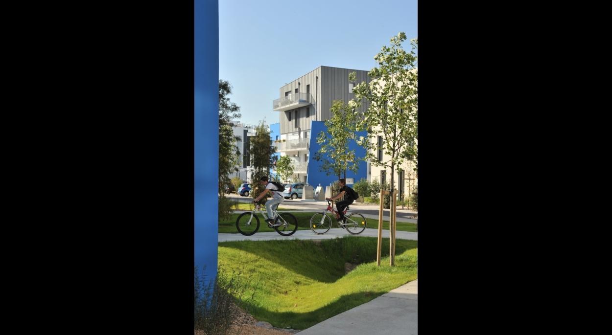 Le projet structure l'axe urbain où s'est installé le Busway. Des jeux de volumes et de matières animent le projet. La façade sur rue s'inscrit dans la continuité de celles avoisinantes, respectant le principe appliqué sur le Bd Gaborit et sur la rue Bonne Garde (effet de plaques de béton lasuré).
