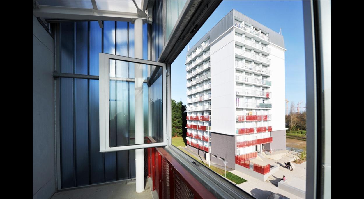 Les rapports intérieur/extérieur et espace public/ semi privé/privé ont fait l'objet d'études particulières qui ont permis d'offrir : - une sécurisation des logements en rez-de-chaussée. - de nouveaux espaces extérieurs (ajout de balcons), - une intimité préservée depuis les balcons/terrasses,