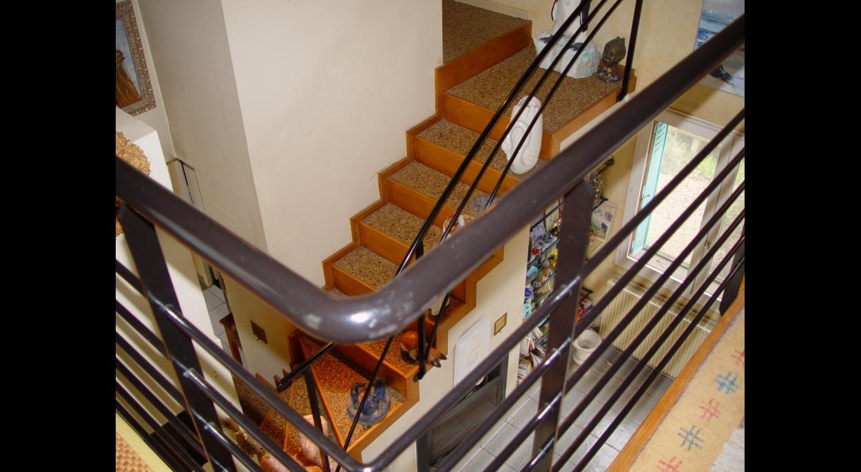 Accès à la mezzanine, escalier avec résine de graviers.