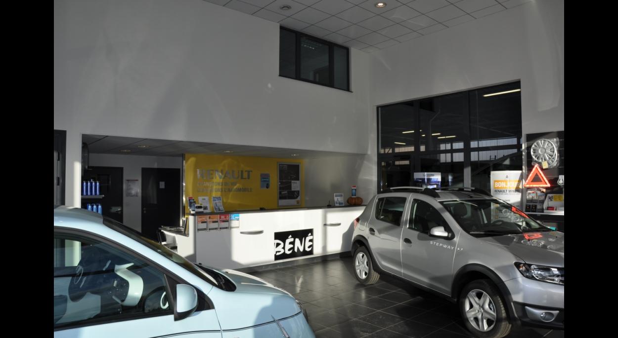 Le hall d 'exposition avec la vue sur le RENAULT minute