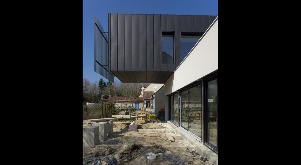 bardage zinc et fenêtre filante