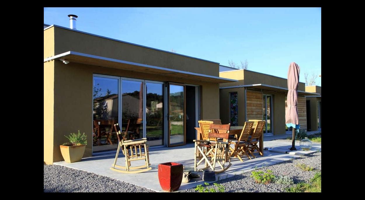 Maison « passive » en ossature bois et isolation en paille, enduit terre intérieur.