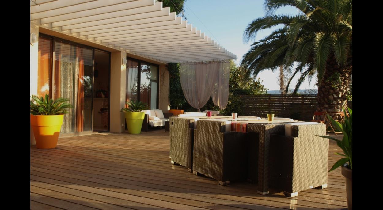 Terrasse en bois et pergola suspendue