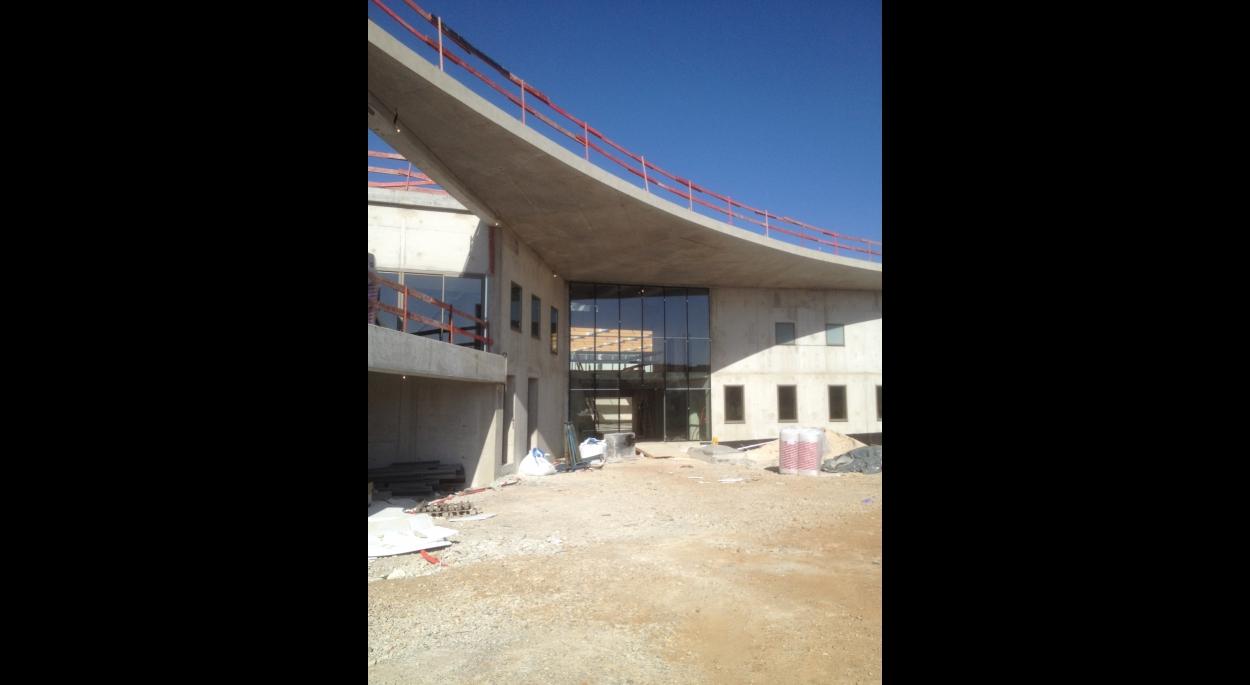 gymnase du lycée Jean Moulin - synthèse.archi - Le parvis d'entrée en chantier