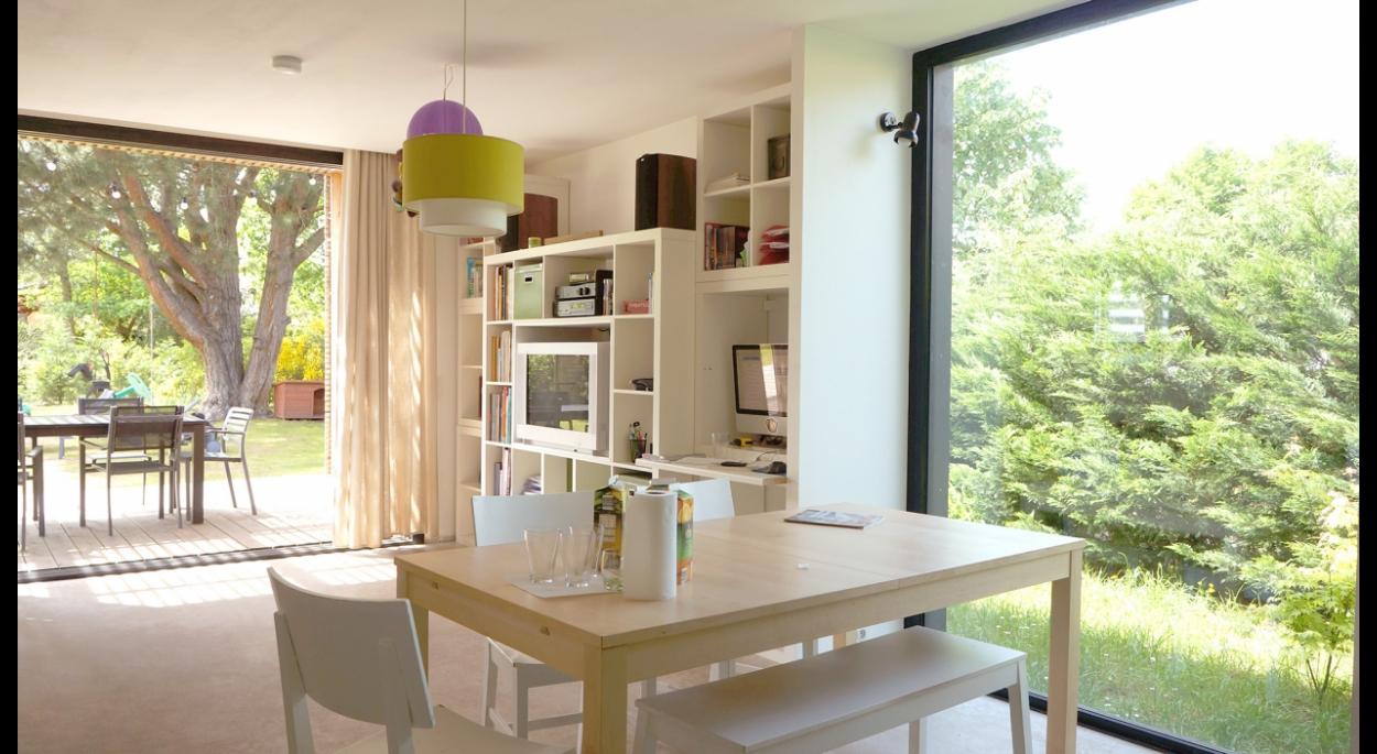 Un séjour lumineux, ouvert sur la terrasse. Projet Diagonal / whyarchitecture