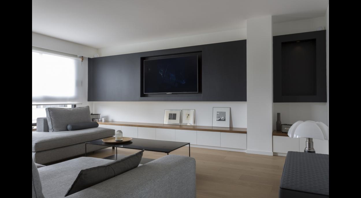 Salon, grand meuble bas banquette filant sur mesure. TV dans une niche sombre. Banc TV. Mur d'accent. Parquet.