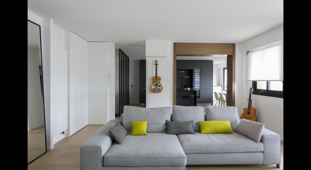 Tout l'étage devient un seul grand espace à vivre: salon, salle à manger cuisine. ouverture. bois noyer. canapé. verrière. ilôt central