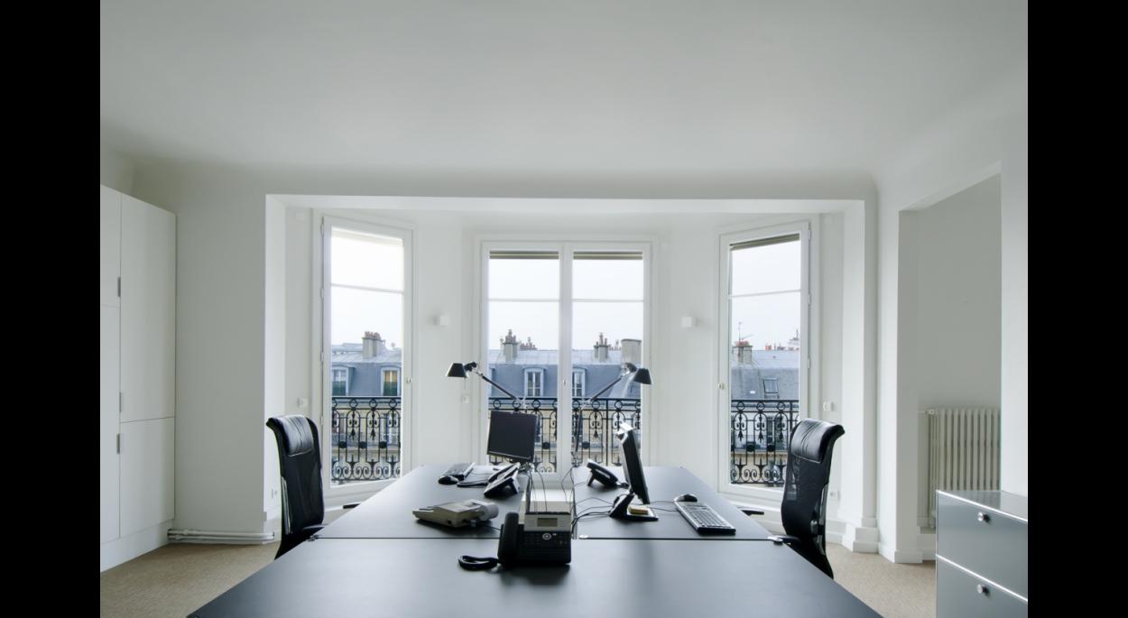 espace de travail, bureaux, office, noir et blanc, fenètre, lumineux faux plafond, poutre, coffrage, contemporain