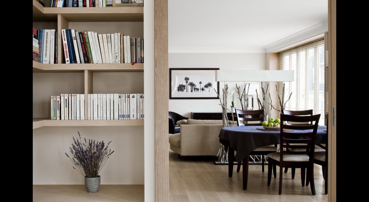 bibliothèque, rangements sur mesure, étagère murales bois, parquet au sol, salle à manger, convivial, contemporain, salon, perspective, lumnière, luminosité,