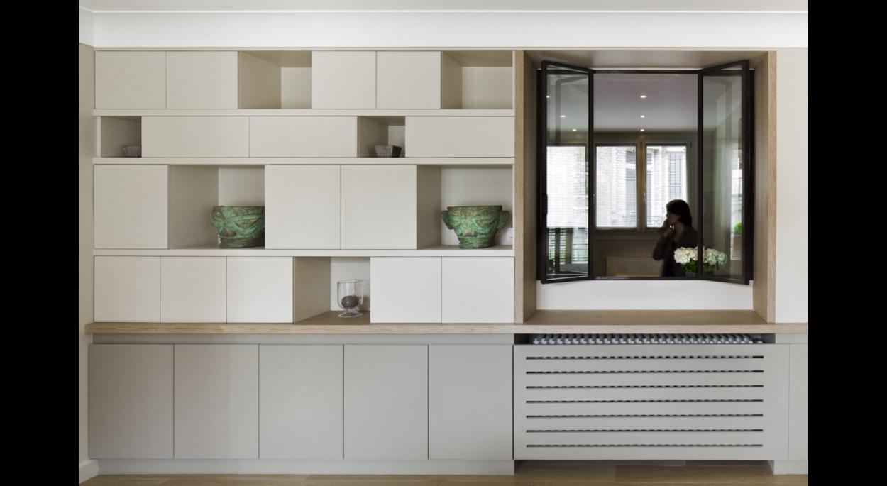 ouverture meuble porteur, radiateur peint, meuble de rangement, fermés et ouverts, niches, exposition, blanc et gris, bois, contemporain, verrière, lumière traversante