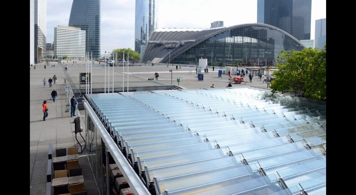 Vue de la balustrade au dessus de la couverture vers le parvis de La Défense