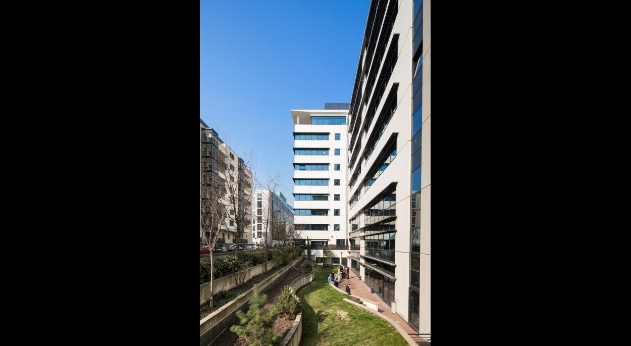 Siège April Assurances Lyon - façade côté jardin / Archigroup architecte