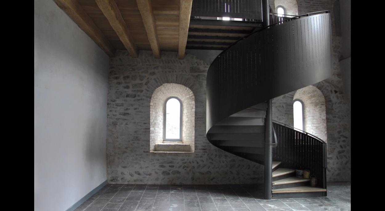 Vestiges du bâtiment des convers et escalier métallique contemporain.