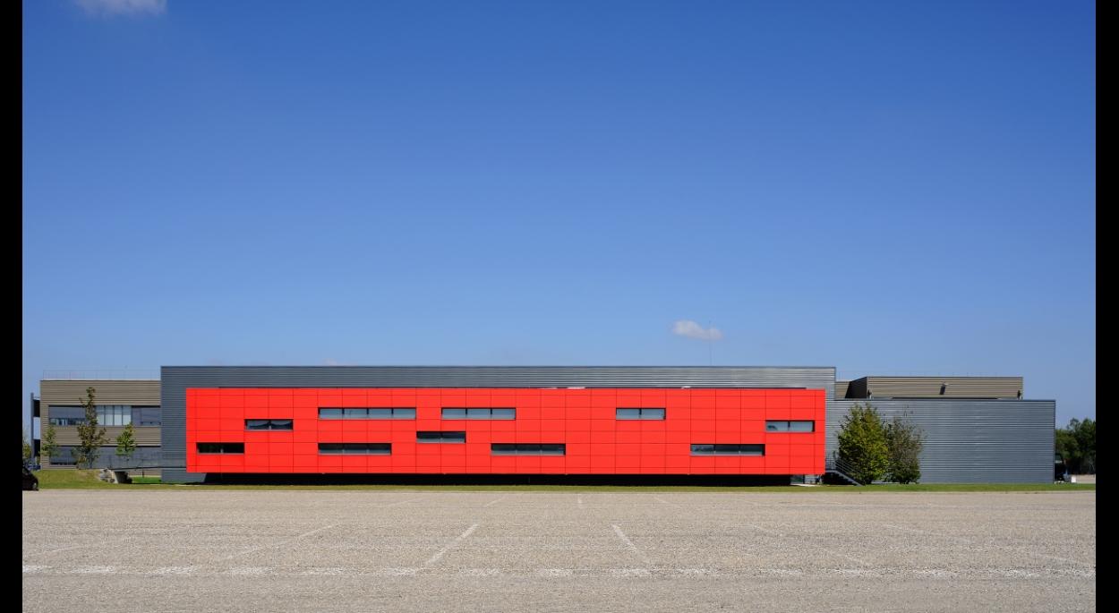 Halle de Design Renault Trucks à Saint-Priest - façades / Archigroup architectes