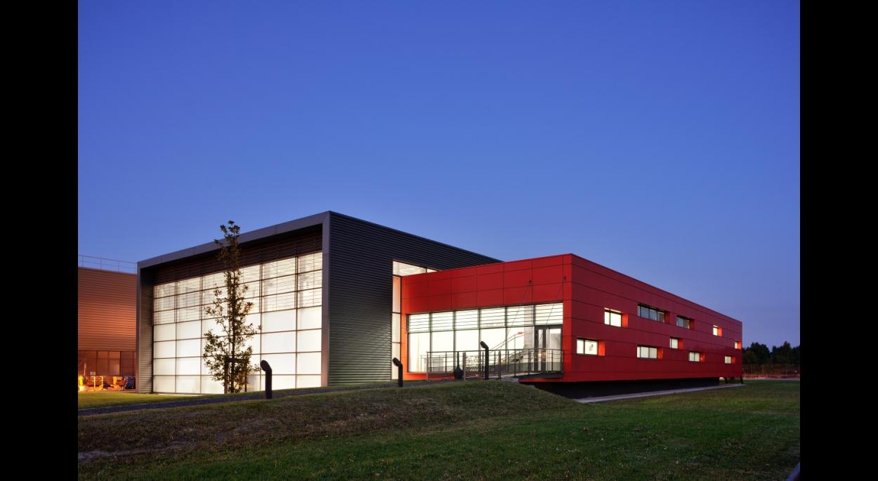 Halle de Design Renault Trucks à Saint-Priest - façade / Archigroup architectes