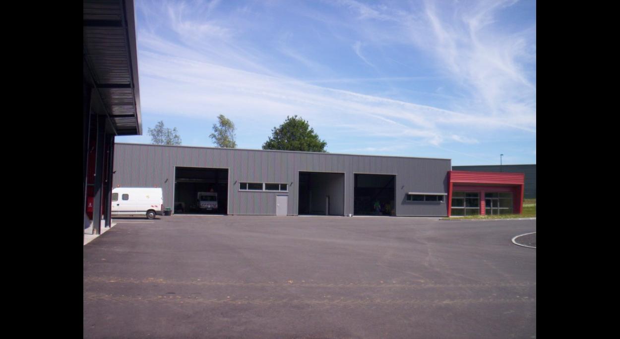 bâtiment principal : locaux administratifs, atelier, garage