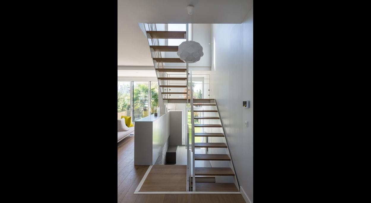 Une cage d'escalier ouverte