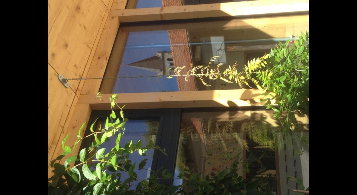 Photographie - détail de la façade sur cour
