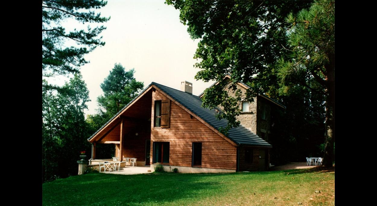 L'extension en bois devant la construction d'origine en calcaire