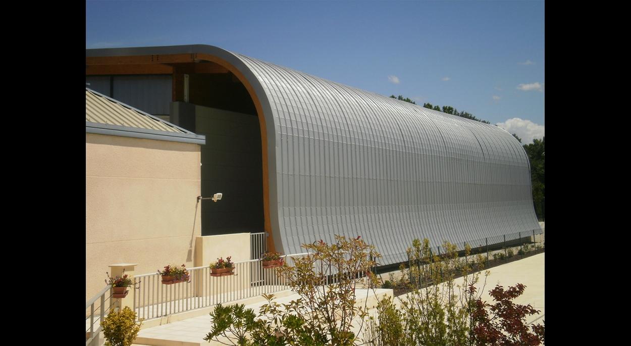 Couverture retombant en façade