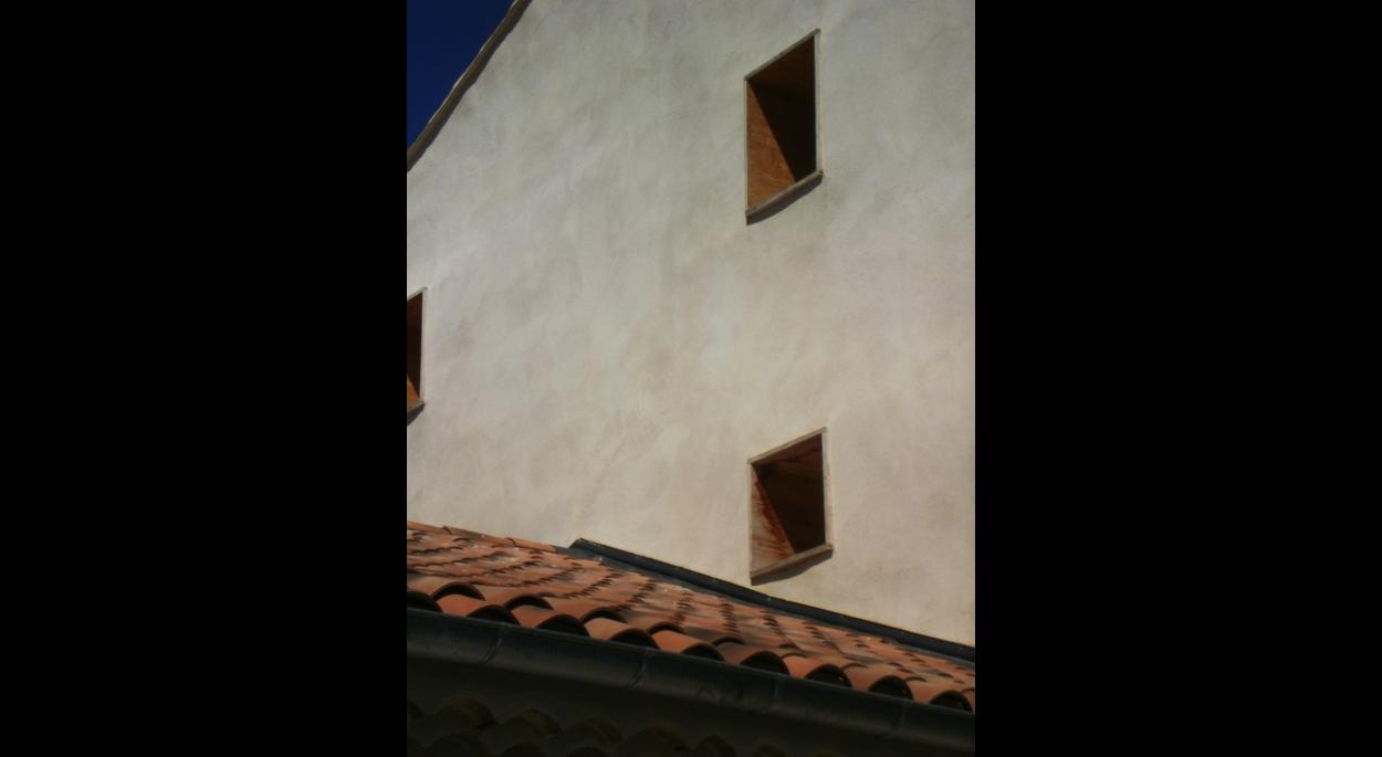 Zoom nouvelles ouvertures en façade Ouest - cadre de bois et mur en pisé - après travaux