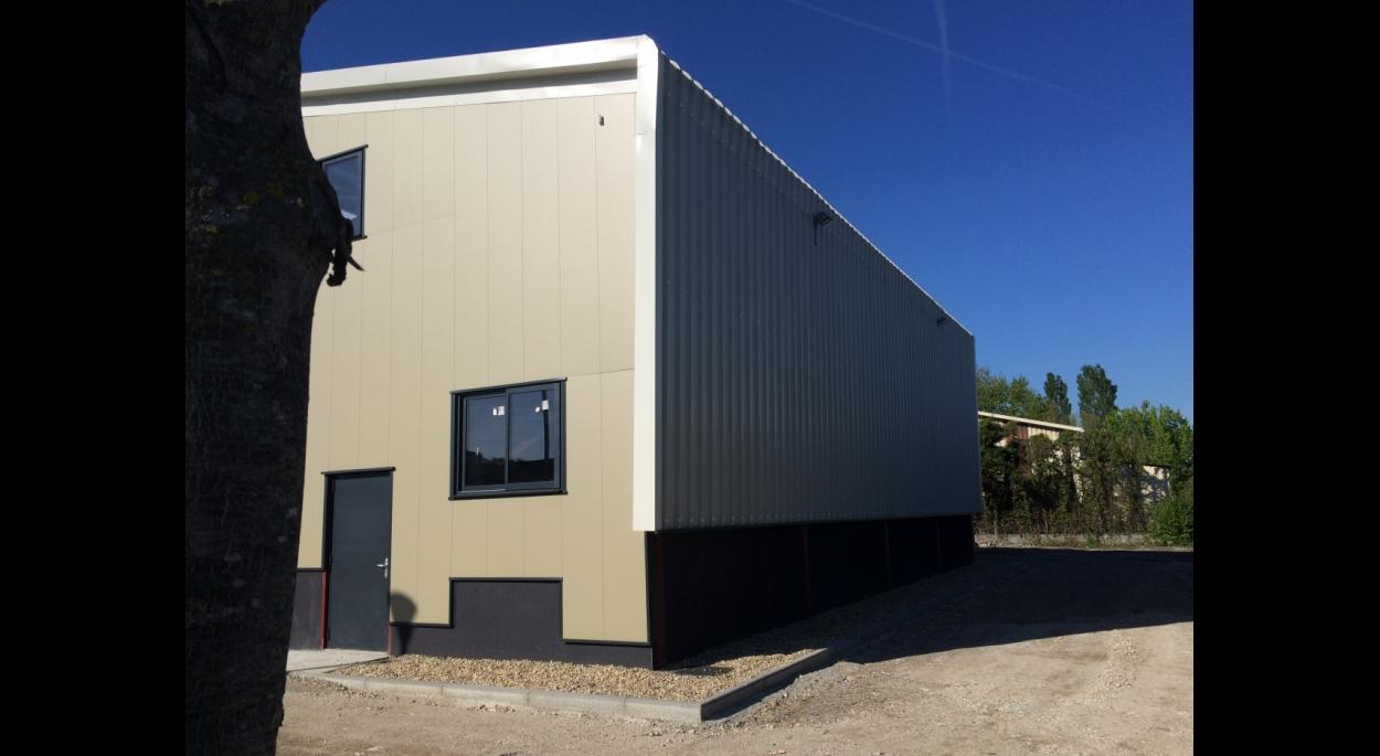 Les panneaux de toiture enrobés d' isolants  descendent sur la façade Nord pour la protéger. La lumière des locaux vient d'une fente crée entre les deux pans de toiture.