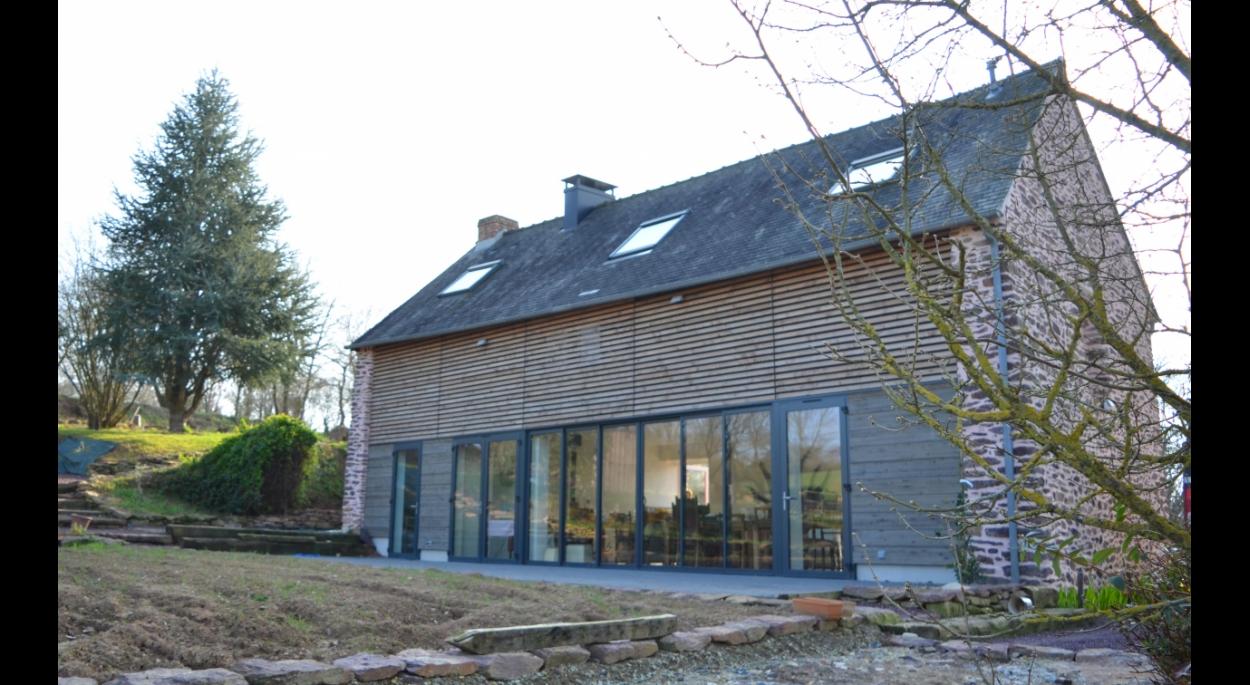 La façade Est sur les champs a été évidée et remplacée par une paroi de bois ajourée.