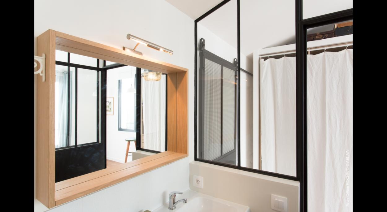 Salle de bain avec verrière acier
