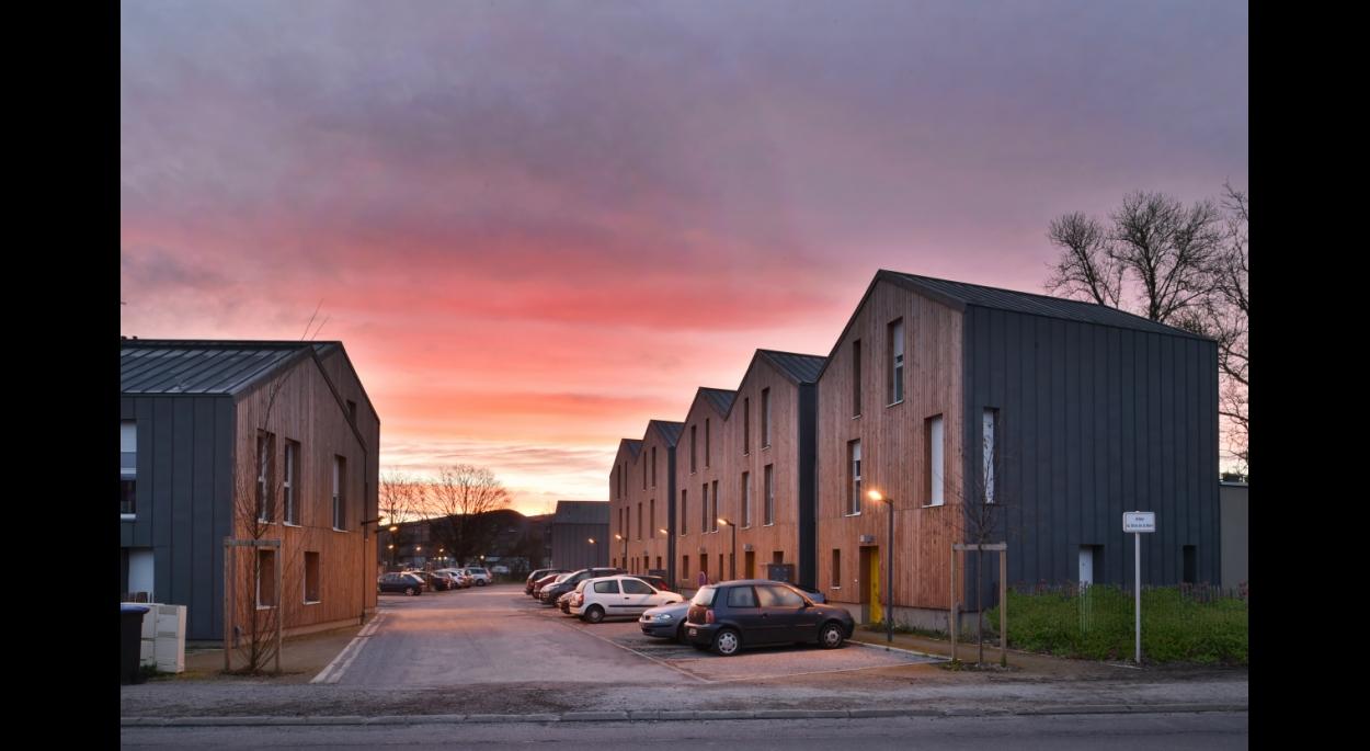 Tous les logements sont orientés Nord/Sud, les rez-de-chaussée bénéficient d'un jardin privatif au Sud ou d'une terrasse. L'orientation des toitures favorise l'identification de son propre logement par les locataires.